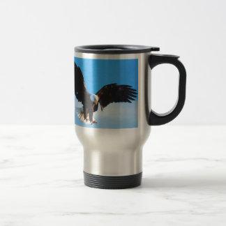 Eagle en vuelo tazas de café