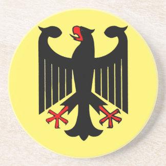 Eagle negro federal alemán en el escudo amarillo posavasos cerveza