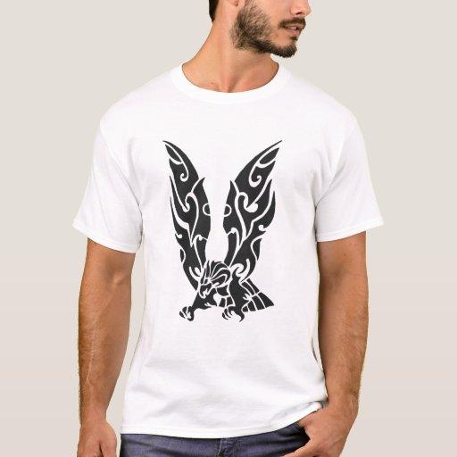 Eagle negro y blanco que vuela el ejemplo playera