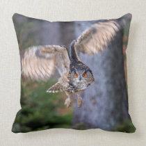 Eagle Owl Hunting Throw Pillow