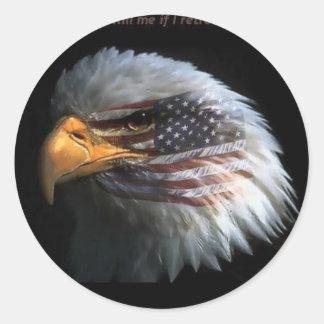 Eagle patriótico con el fondo de la bandera pegatina redonda