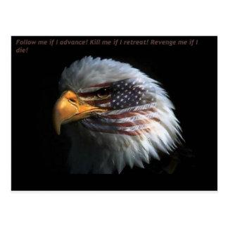 Eagle patriótico con el fondo de la bandera postal