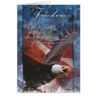 Eagle patriótico en vuelo tarjeta de felicitación