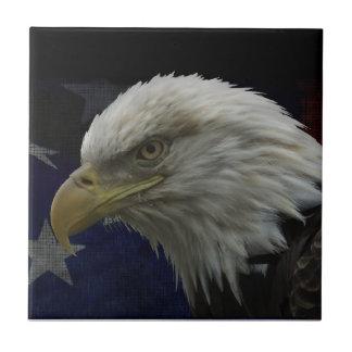 Eagle patriótico y bandera azulejo cuadrado pequeño