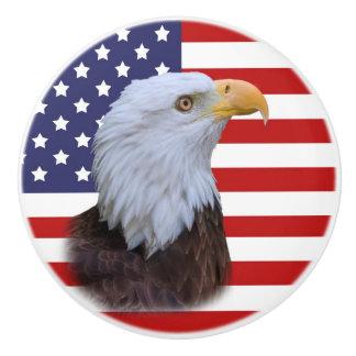 Eagle patriótico y bandera de los E.E.U.U. Pomo De Cerámica