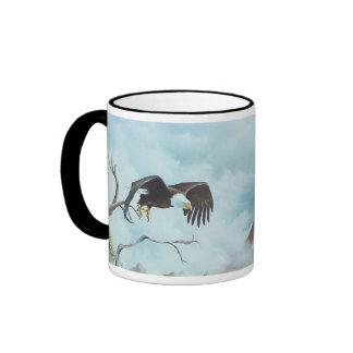 Eagle que se eleva en la pintura del cielo taza de dos colores