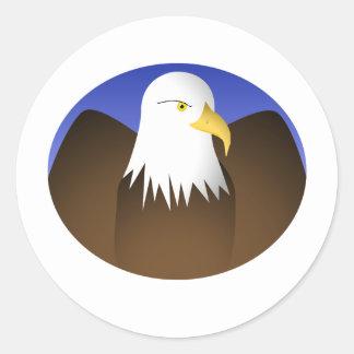 Eagle que separa los cielos azules de las alas pegatina redonda