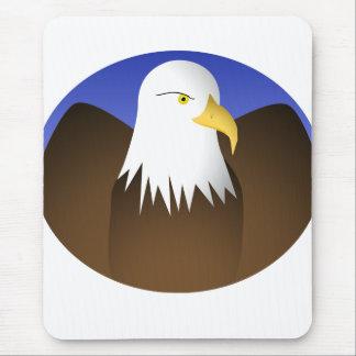 Eagle que separa los cielos azules de las alas alfombrillas de raton