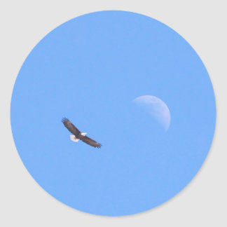 Eagle que vuela a la luna pegatina redonda