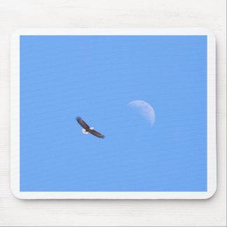 Eagle que vuela a la luna tapetes de ratones