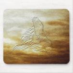 Eagle que vuela en la puesta del sol - mirada grab alfombrillas de ratones
