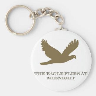 Eagle vuela en el llavero de medianoche