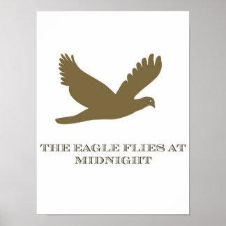 Eagle vuela en el poster de medianoche
