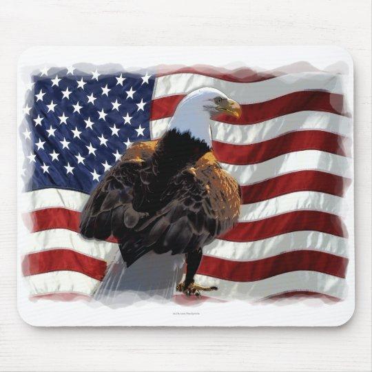 Eagle y bandera americana para el patriota tapetes de raton