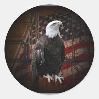 Eagle y bandera apenados alrededor de los pegatina redonda