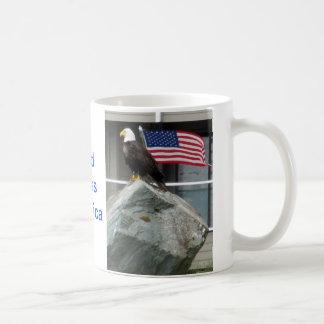 Eagle y bandera taza clásica