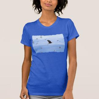 Eagle y el volar de las gaviotas camisetas