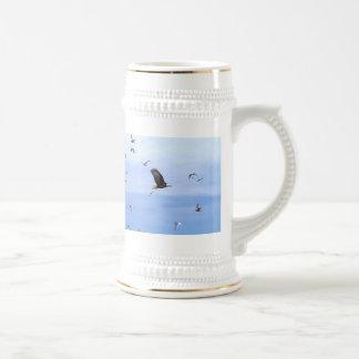 Eagle y el volar de las gaviotas jarra de cerveza