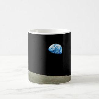 Earthrise tomado por la misión de Apolo 8 Tazas De Café