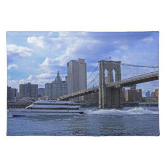 East River: Puente de Brooklyn y edificio Mantel Individual