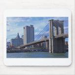 East River: Puente de Brooklyn y edificio municipa Alfombrilla De Ratones