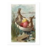 EasterBunnies en un barco con los huevos Postal