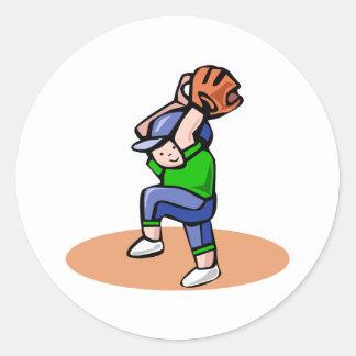 Echada del muchacho del béisbol pegatinas redondas