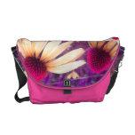 Echinacea en la bolsa de mensajero rosada amarilla bolsas messenger