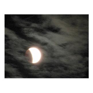 Eclipse lunar con las nubes tarjeta postal