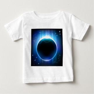 Eclipse oscuro en espacio playera de bebé
