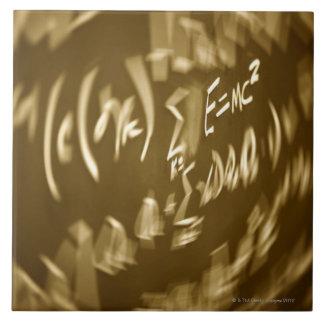Ecuación de energía en una pizarra teja  ceramica