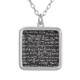 Ecuaciones de la matemáticas de la pizarra colgante cuadrado