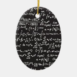 Ecuaciones de la matemáticas de la pizarra adorno ovalado de cerámica