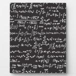 Ecuaciones de la matemáticas de la pizarra placas con fotos