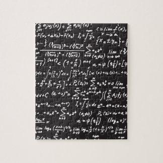 Ecuaciones de la matemáticas de la pizarra rompecabezas con fotos