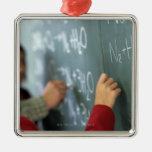 ecuaciones químicas de la escritura en la pizarra  ornamento para arbol de navidad