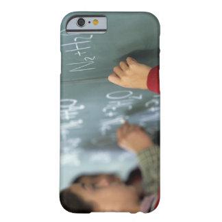 ecuaciones químicas de la escritura en la pizarra funda barely there iPhone 6