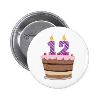 Edad 12 en la torta de cumpleaños pin redondo de 2 pulgadas