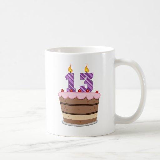 Edad 13 en la torta de cumpleaños taza básica blanca