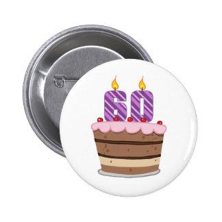 Edad 60 en la torta de cumpleaños pin redondo de 2 pulgadas