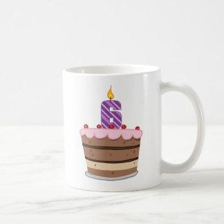 Edad 6 en la torta de cumpleaños taza de café