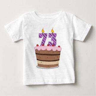 Edad 73 en la torta de cumpleaños playera de bebé