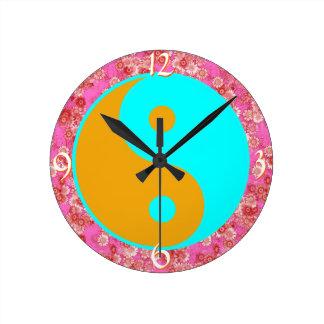 Edad del modelo floral de la margarita de Yin Yang Relojes