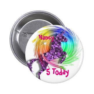 Edad personalizada unicornio bonito del arco iris pin redondo 5 cm