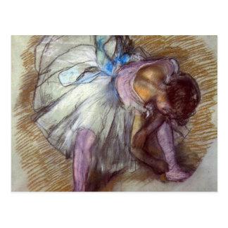 Edgar Degas - bailarín que se sienta que ata su de Postales
