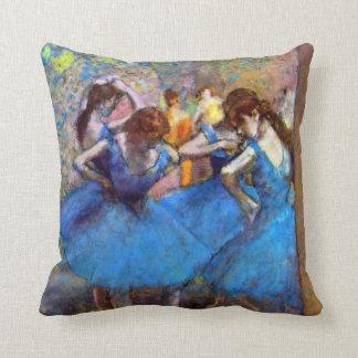 Edgar Degas - bailarines en azul Cojin