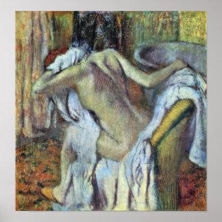 Edgar Degas - después del baño para secar a la esp Póster