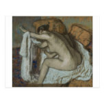 Edgar Degas - mujer que seca el pastel izquierdo d Tarjeta Postal