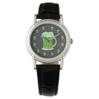 Edición del día del St Patricks de la cerveza Relojes