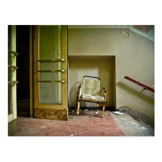 Edificio abandonado con la postal vacía de la